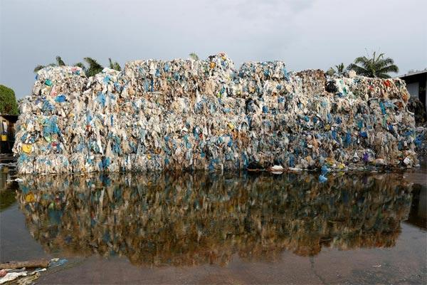 Tumpukan limbah plastik. - foto reuters
