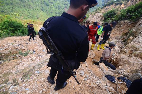 Petugas berusaha memadamkan sisa api bangunan yang dibakar warga saat operasi penambangan emas tanpa izin (PETI) di Kampung Ciguha, Gunung Pongkor, Nanggung, Bogor, Jabar, Sabtu (19/9). - Antara