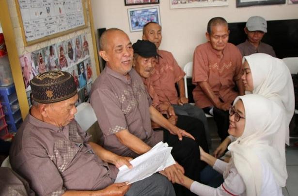 BPJS Ketenagakerjaan Bandung Suci Berbagi Kebahagiaan Bersama Lansia - Bisnis/Dea Andriyawan