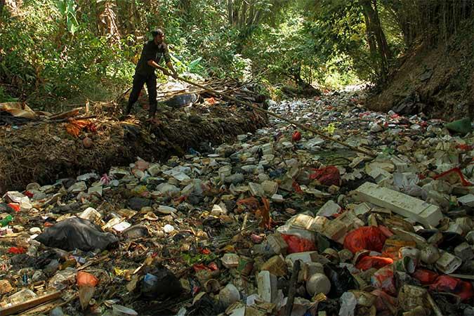Petugas membersihkan sampah di Sungai. - Antara/Asprilla Dwi Adha