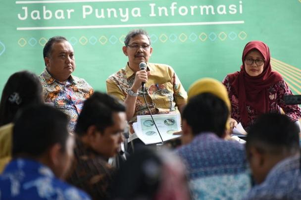 Asisten Daerah II Bidang Perekonomian dan Pembangunan Setda Prov. Jabar Eddy Nasution (tengah), dan Kepala Dinas PSDA Jabar Linda Al Amin (kiri) - Bisnis/Wisnu Wage