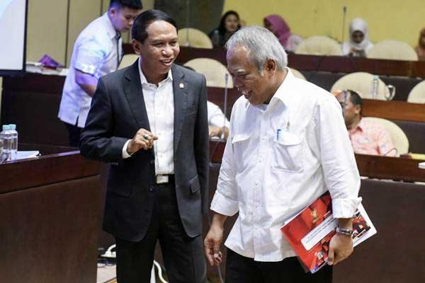 Menteri PUPR Basuki Hadimuljono (kanan) berbincang dengan Ketua Komisi II DPR Zainudin Amali seusai mengikuti rapat kerja dengan Komisi II DPR di Kompleks Parlemen, Senayan, Jakarta, Rabu (22/11). - ANTARA/Hafidz Mubarak A