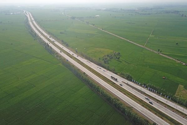 Foto udara jalan tol Cipali kilometer 116 Jatiwangi, Majalengka, Jawa Barat, Minggu (2/6/2019). Arus mudik di tol Cipali pada H-3 Lebaran terpantau ramai lancar. - ANTARA FOTO/Dedhez Anggara
