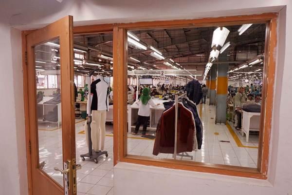 Pekerja meyelesaikan pembuatan pakaian. - JIBI/Nurul Hidayat