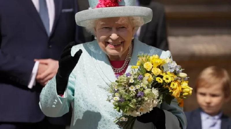 Ratu Elizabeth II pergi setelah menghadiri Easter Mattins Service di St. George's Chapel di Windsor Castle, Inggris, Minggu (21/4/2019). - Reuters