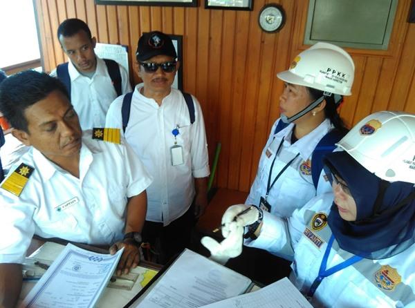 Marine Inspector perempuan saat uji petik KLM Sesafari VII di Labuan Bajo, NTT, Jumat (20/9/2019). BISNIS - Hendra Wbawa