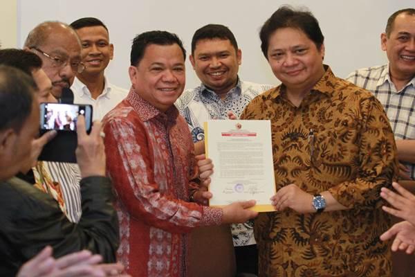 Politisi Partai Golkar Airlangga Hartanto (kanan) bersama Ketua Umum Musyawarah Kekeluargaan Gotong (MKGR) Roem Kono (kiri) menunjukkan surat pernyataan sikap politik dukungan dari organisasi sayap Partai Golkar, Musyawarah Kekeluargaan Gotong Royong (MKGR) dan organisasi Majelis Da'wah Islamiyah (MDI) Golkar di Jakarta, Kamis (30 - 11).