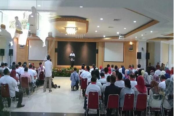 Menpora Imam Nahrawi saat berpamitan kepada seluruh staf di lingkungan Kementerian Pemuda dan Olahraga, Kamis (19/9/2019). - Antara