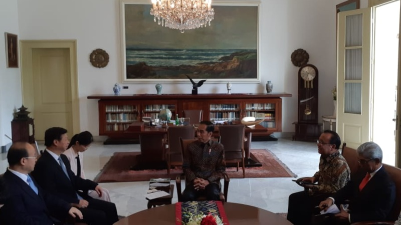 Presiden Joko Widodo menerima kunjungan Penasehat Hubungan Luar Negeri Presiden China Xi Jinping, Song Tao (kedua kiri), di Istana Bogor, Jumat (20/9/2019). - Bisnis/Amanda Kusumawardhani