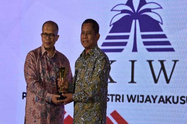 Direktur Utama PT KIW (Persero) Rachmadi Nugroho (kanan) saat menerima piala sebagai Bronze Winner pada 2nd Revolusi Mental Award 2019 - istimewa