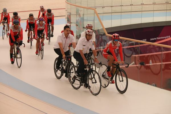 Gubernur DKI Jakarta Anies Baswedan mencoba arena balap sepeda Jakarta International Velodrome di Kawasan Rawamangun, Jakarta Timur - JIBI/Feni Freycinetia Fitriani