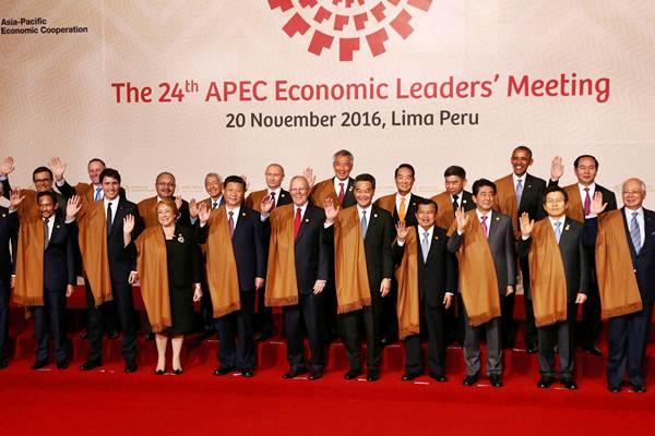 Wakil Presiden Jusuf Kalla (keempat kanan) berpose bersama pemimpin negara anggota Kerja Sama Ekonomi Asia-Pasifik (APEC), di sela-sela KTT APEC di Lima, Peru, Minggu (20/11). - REUTERS/Mariana Bazo