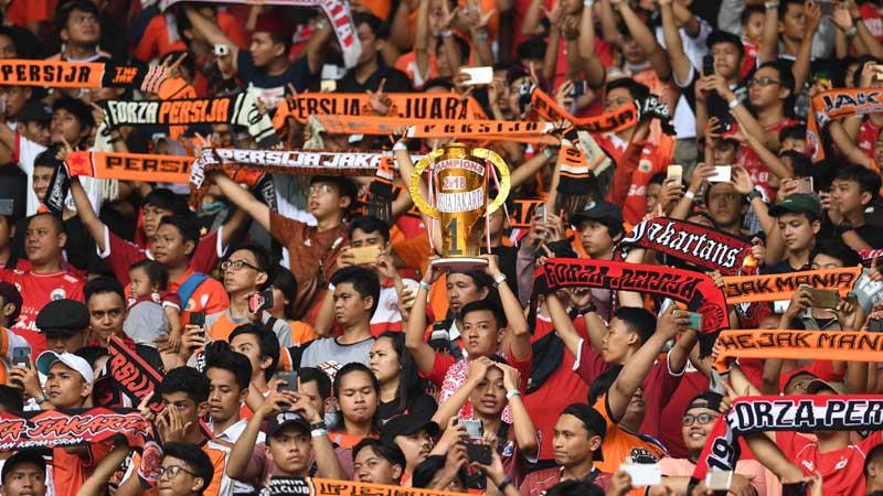 Suporter Persija Jakarta memberikan dukungan saat menghadapi Mitra Kukar dalam laga terakhir Liga 1 di Stadion Utama Gelora Bung Karno, Jakarta, Minggu (9/12/2018). - Antara/Akbar Nugroho Gumay