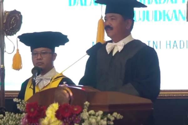 Panglima TNI Marsekal TNI Hadi Tjahyanto (kanan) saat menyampaikan pidato pada penganugerahan gelar Doktor Kehormatan Bidang Manajemen SDM di UNS Surakarta - Antaranews
