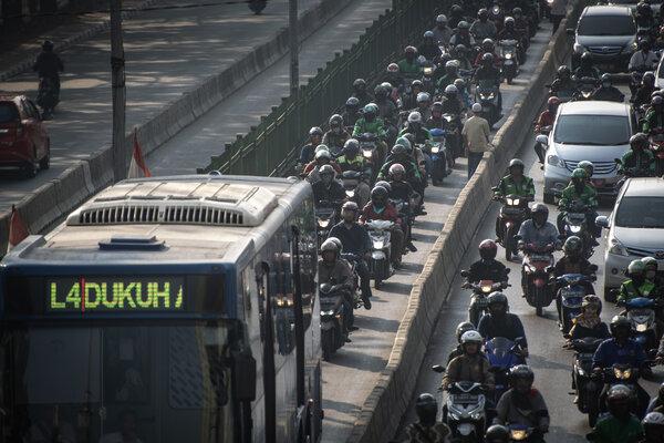 Kendaraan melintas di jalur bus transjakarta, kawasan Pasar Rumput, Jakarta, Selasa (10/9/2019). PT Transportasi Jakarta bersama Direktorat Lalu Lintas Polisi Daerah Metro Jaya (Dirlantas Jaya) menargetkan akan memberlakukan tilang elektronik atau