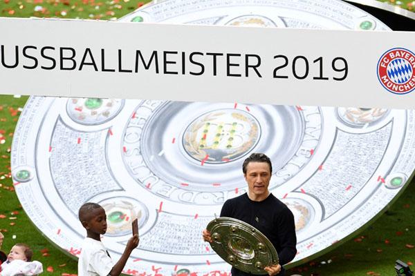 Pelatih Bayern Munchen Niko Kovac berpose bersama trofi juara Bundesliga 2018-2019. - Reuters/Andreas Gebert
