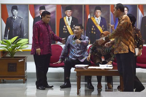 Ketua Tim Perumus RUU KUHP Muladi (kedua kiri) bersama anggota bersiap menyampaikan keterangan kepada wartawan seusai bertemu Presiden Joko Widodo di kantor Presiden, Jakarta, Rabu (7/3/2018). - ANTARA/Puspa Perwitasari