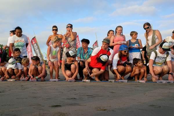 Sejumlah wisman Australia di Pantai Padma, Legian? Bali - Bisnis.com/Feri Kristianto