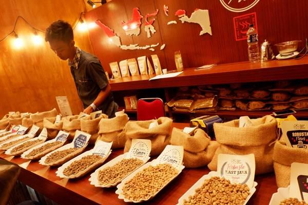 Pengunjung mengamati biji kopi dalam Mandiri Jakarta Coffee Week (JACOWEEK) 2018 di Jakarta, Jumat (28/9/2018). - JIBI/Nurul Hidayat