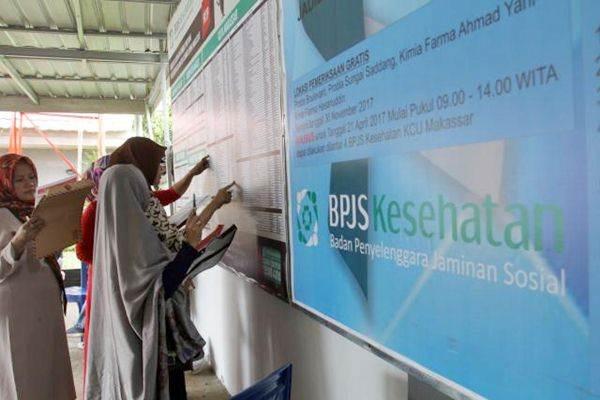 Calon peserta BPJS Kesehatan mengisi data pada formulir kepesertaan di Makassar, Sulsel, Selasa (11/7/2017). - JIBI/Paulus Tandi Bone