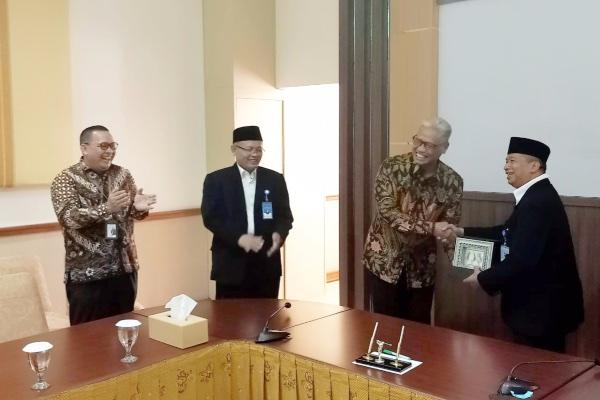 Direktur Utama Bank Jateng Supriyatno (kedua kanan) bersalaman dengan Rektor UNS Prof Jamal Wiwoho (kanan) sepakat menjalin kerja sama di bidang pendidikan dengan menandatangani nota kesepahaman, Jumat (20/9/2019). - Istimewa