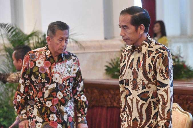 Presiden Joko Widodo (kanan) didampingi Ketua BPK Moermahadi Soerja Djanegara (kiri) tiba di lokasi penyampaian Laporan Hasil Pemeriksaan atas Laporan Keuangan Pemerintah Pusat (LHP LKPP) tahun 2018 dan Ikhtisar Hasil Pemerikaan Semester (IHPS) II tahun 2018 di Istana Negara, Jakarta, Rabu (29/5/2019). - ANTARA/Akbar Nugroho Gumay