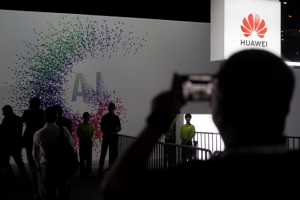 Logo Huawei terpasng di acara Annual Huawei Connect di Shanghai China, Rabu (18/9/2019) - REUTERS/Aly Song