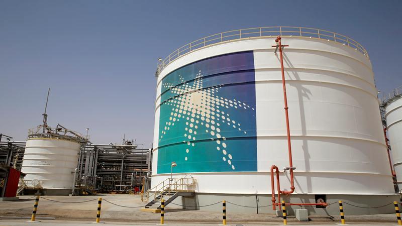 Tangki minyak Aramco terlihat di fasilitas produksi di ladang minyak Saudi Aramco di Shaybah, Arab Saudi 22 Mei 2018. - Reuters