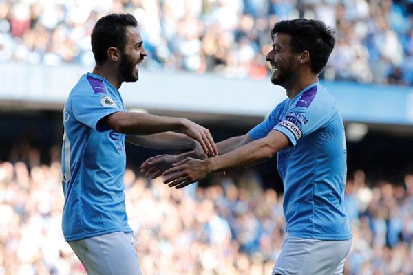 Dua pemain andalan Manchester City, Bernardo Silva (kiri) dan David Silva, merayakan pesta gol ke gawang Watford. - Reuters/Phil Noble