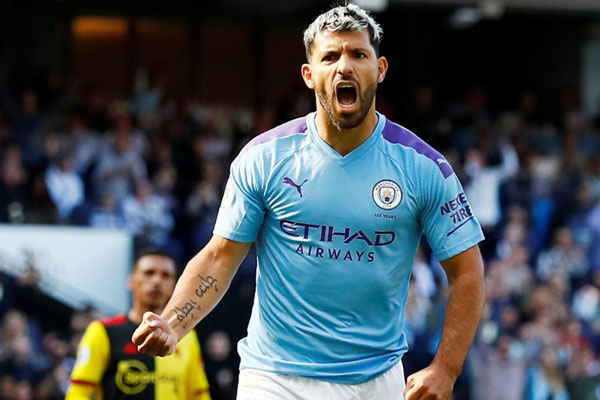 Ujung tombak Manchester City Sergio Aguero selepas menjebol gawang Watford dari titik penalti. - Reuters/Jason Cairnduff