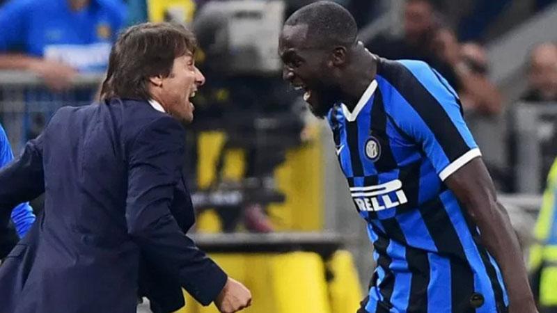 Pelatij Inter Milan Antonio Conte (kiri) dan striket Romelu Lukaku nerayakan gol ke gawang AC Milan. - Antara-AFP