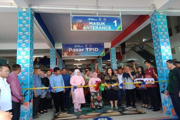 Peluncuran Pasar Tim Pengendali Inflasi Daerah (TPID) di Pasar Grand Niaga Mas Batam Centre. Pasar ini akan menjadi acuan bagi pasar-pasar lainnya dalam penerapan harga jual bahan pokok. - Bisnis/Bobi Bani.