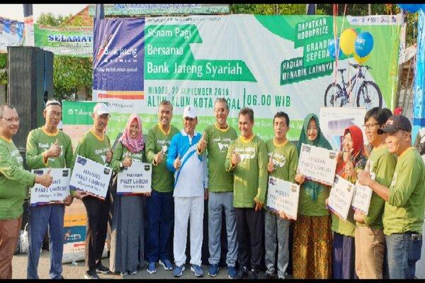 Bank Jateng Syariah menyerahkan hadiah umrah kepada para pemenang, Minggu (22/9). - Istimewa