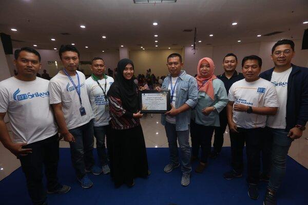 Area Manager BFI Surabaya, Nuzul Ittaqa (kelima kanan) saat memberikan piagam penghargaan dan terima kasih kepada peserta Program Srikandi di Surabaya, Sabtu (21/9/2019). - Bisnis/Peni Widarti