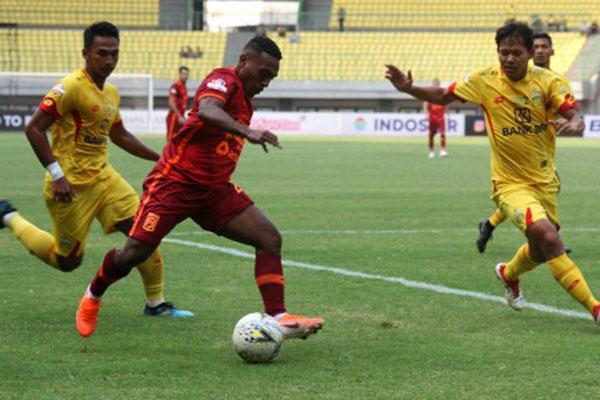 Pemain bertahan Bhayangkara FC Jajang Mulyana (kanan) berusaha menghadang pemain sayap Borneo FC Terens Puhiri (tengah) dalam pertandingan Liga 1 di Stadion Patriot Candrabhaga, Bekasi, Jawa Barat, Minggu (22/9/2019) yang berakhir imbang 1 - 1. - Antara/Risky Andrianto