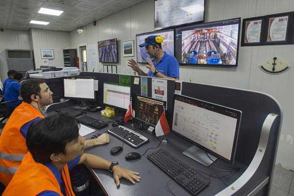 Pekerja beraktivitas di kapal pembangkit listrik terapung Karadeniz Powership Gokhan Bey di perairan Bolok, Kupang, NTT, Kamis (20/7). - ANTARA/Widodo S Jusuf