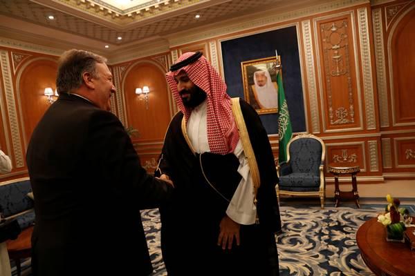 Menteri Luar Negeri AS Mike Pompeo berjabat tangan dengan Putra Mahkota Kerajaan Arab Mohammed bin Salman, Selasa (16/10). - Reuters