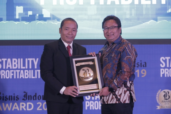Dirut Bank Mantap Josephus K Triprakoso (kanan) menunjukkan plakat penghargaan bersama Direktur Produksi & Pemberitaan PT Jurnalindo Aksara Grafika Arif Budisusilo - Bisnis/Nurul Hidayat