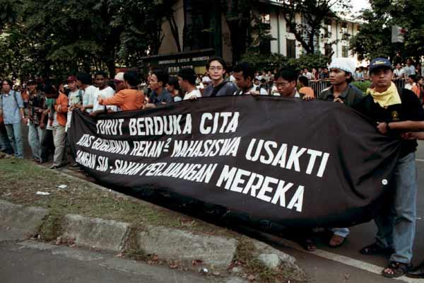 Demo mahasiswa pasca tragedi Trisakti di jakarta, Mei 1998. Bisnis