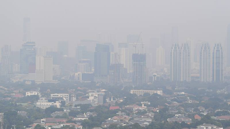 Pemandangan gedung bertingkat yang diselimuti asap polusi di Jakarta, Senin (29/7/2019). Data aplikasi AirVisual yang merupakan situs penyedia peta polusi daring harian kota-kota besar di dunia, menempatkan Jakarta pada urutan pertama kota berpolusi sedunia pada Senin (29/7) pagi dengan kualitas udara mencapai 183 atau kategori tidak sehat. - Antara