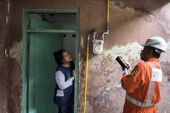 Petugas PGN memeriksa jaringan gas untuk rumah tangga di Kota Cirebon, Jawa Barat, Kamis (21/3/2019). - ANTARA/M Agung Rajasa