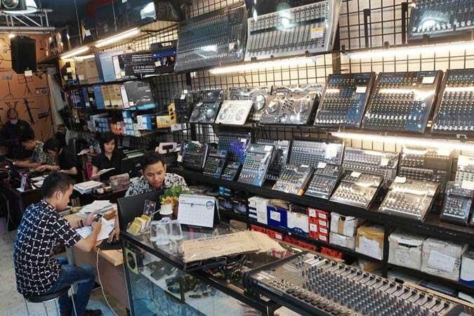 Karyawan beraktivitas di salah satu toko elektronik di kawasan Glodok, Jakarta, Senin (8/7/2019). - Bisnis/Himawan L Nugraha