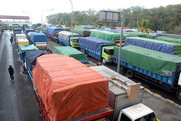 Sejumlah truk antre menunggu jadwal keberangkatan menggunakan kapal feri melalui Dermaga 2 Pelabuhan Padangbai, Karangasem, Bali, Jumat (20/7/2018). - ANTARA/Wira Suryantala
