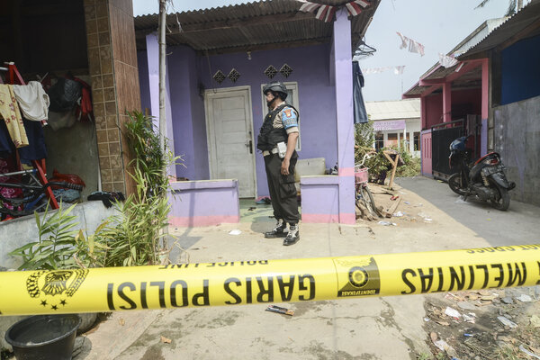 Polisi berjaga di sekitar kontrakan rumah terduga teroris di Rawa Kalong, Kabupaten Bekasi, Jawa Barat, Senin, (23/9/2019). Menurut warga pihak kepolisian mengamankan terduga teroris suami istri berinisial S & A di rumah kontrakan pada pukul 06.30 WIB. - Antara/Fakhri Hermansyah