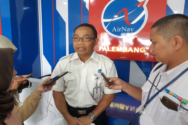 General Manager Airnav Indonesia Cabang Palembang, Ari Subandrio (tengah) memberikan pemaparan kepada wartawan terkait pelayanan penerbangan terdampak kabut asap. - Bisnis/Dinda Wulandari