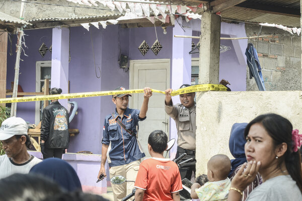 Sejumlah Polisi memasang Police Line (garis polisi) saat penggerebekan terduga teroris di Rawa Kalong, Kabupaten Bekasi, Jawa Barat, Senin, (23/9/2019). Menurut warga pihak kepolisian mengamankan terduga teroris suami istri berinisial S & A di rumah kontrakan pada pukul 06.30 WIB. - Antara/Fakhri Hermansyah