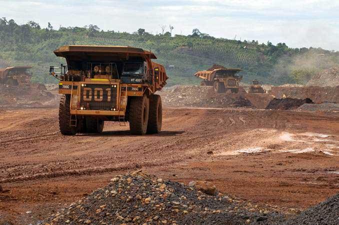 Articulated dump truck mengangkut material pada pengerukan lapisan atas di pertambangan nikel PT. Vale Indonesia di Soroako, Luwu Timur, Sulawesi Selatan, Kamis (28/3/2019). - ANTARA/Basri Marzuki