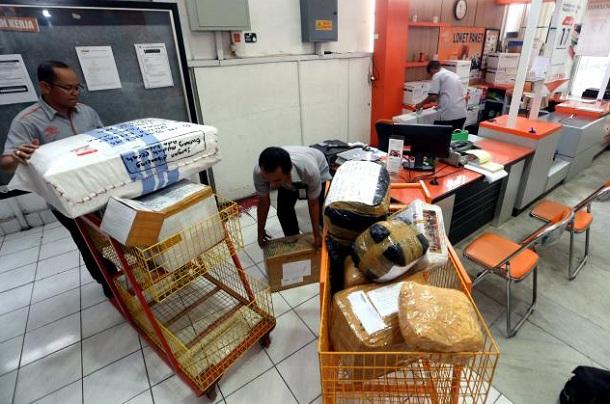 Aktivitas karyawan di salah satu kantor pos di Kota Bandung - Bisnis/Rachman
