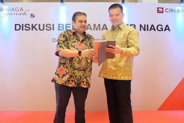 Direktur Syariah Banking CIMB Niaga Pandji P. Djajanegara (kiri) berbincang dengan S&D Regional Head Jawa Timur dan Bali Nusra CIMB Niaga Rusidi (kanan) di sela acara Diskusi Bersama CIMB Niaga, Senin (23/9/2019) di Denpasar. - Bisnis/Feri Kristianto