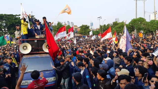 Suasana aksi di Gedung DPR, Jakarta. Massa memprotes Rancangan Kitab Undang-undang Hukum Pidana. Rayful Mudassir - Bisnis Indonesia